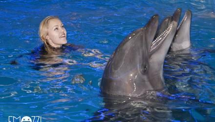 Певица Alyosha (Алеша) в EMOZZI: Плаванье с дельфинами